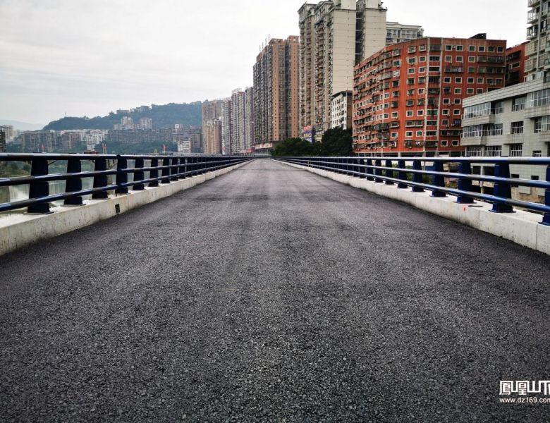 达城快速通道东段开始铺设沥青路面