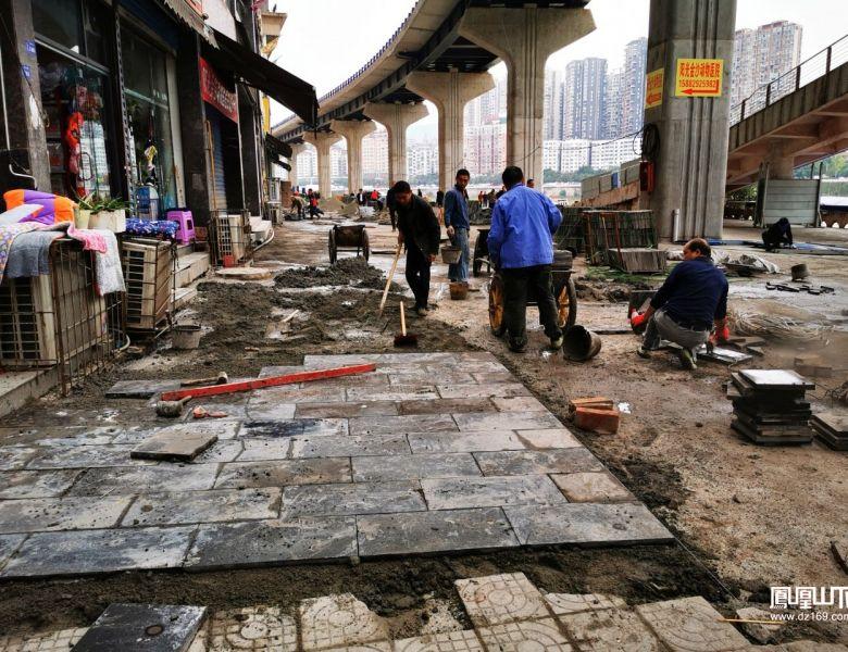 达城快速通道东段下的滨河游园开始铺设地砖
