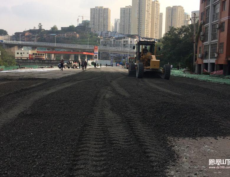 塔石路建设进展进度稍快的加油站至铁路桥附近路段