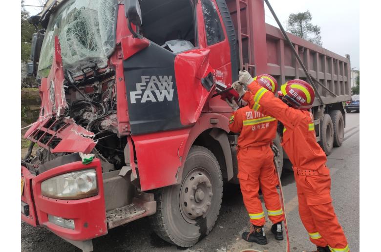 达州两货车发生碰撞致驾驶员被困 消防5分钟将其救出