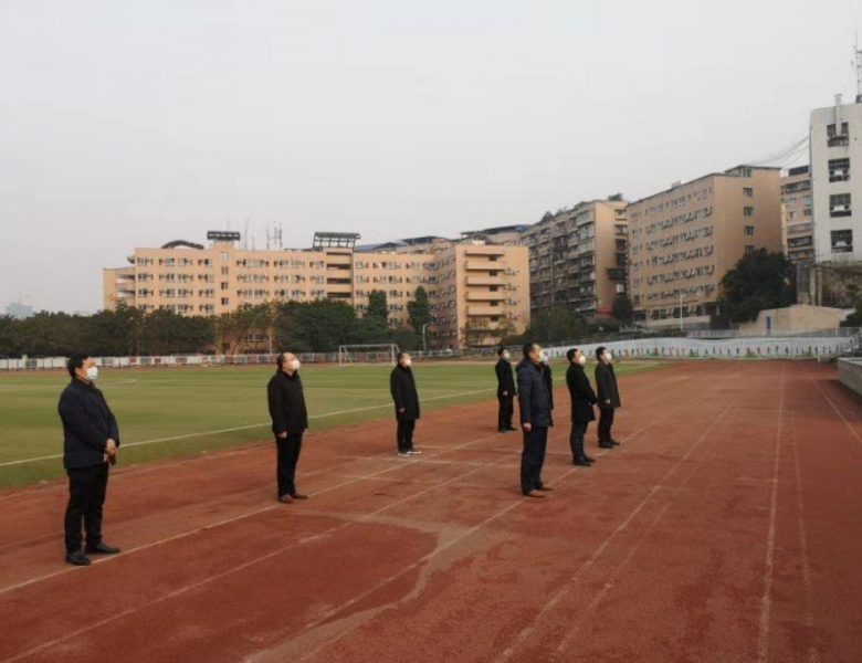 特殊的开学升旗仪式:操场上的国旗和七个校领导