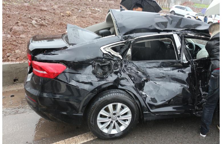 达州绕城路上一轿车发生天然气泄漏事故 消防紧急排险