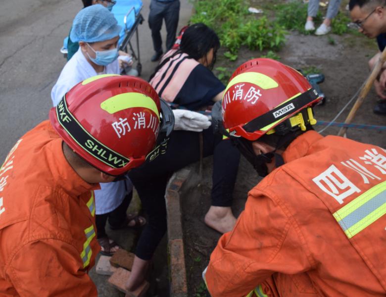 达州女子翻越台阶被钢筋刺穿大腿 消防紧急救援