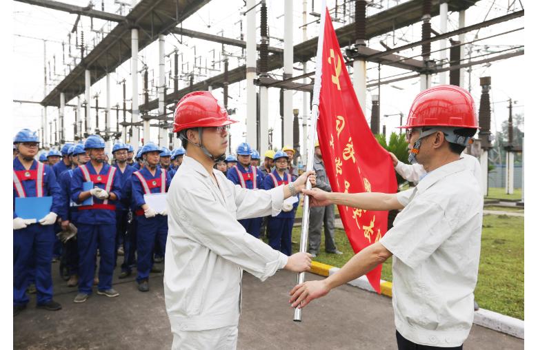 """国网达州供电公司:扎根基层的""""变电检修员""""何祥"""