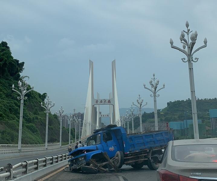 金南大桥出事故了