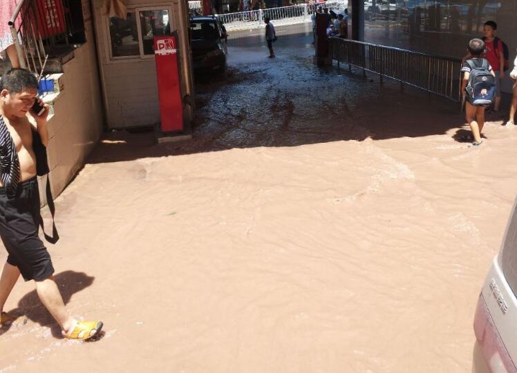双狮建材城水管爆了