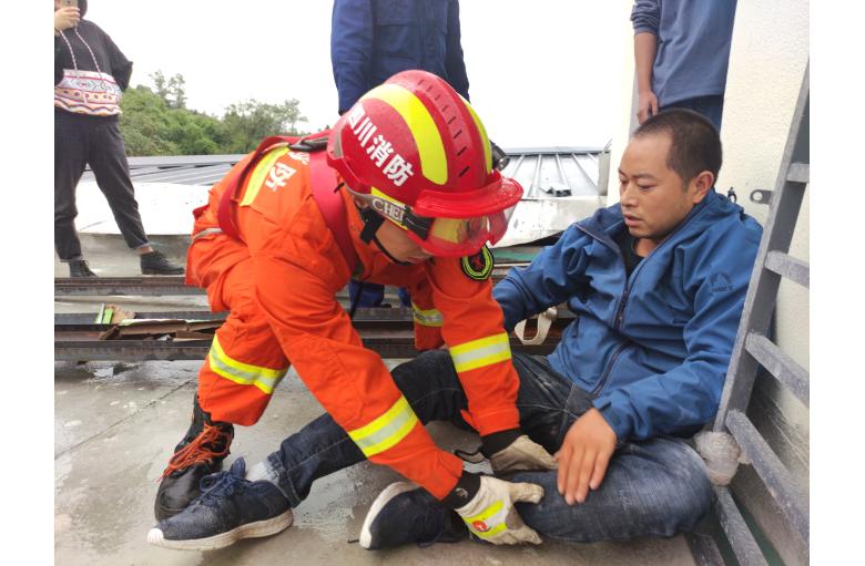达州一玻璃工首次开展高空作业被困   求助消防成功获救